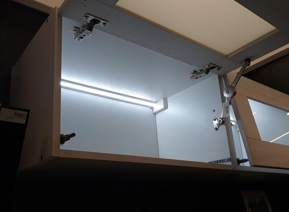 подсветка внутри мебели на кухне